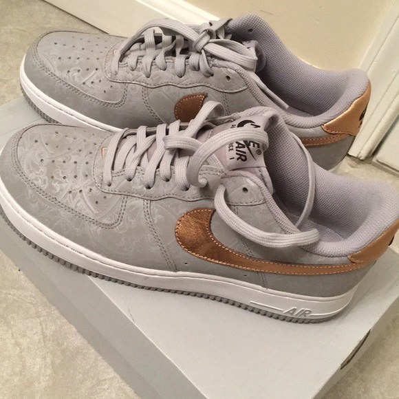 le scarpe nike mens dimensioni 7 12 air force 1 poshmark